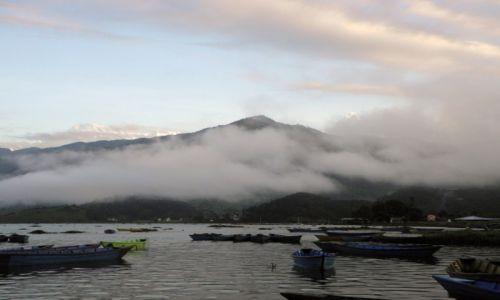 Zdjęcie NEPAL / Pokhara / Phokara / poranek nad jeziorem Phewa Tal