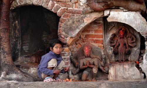 Zdjęcie NEPAL / Katmandu / Durbar Square / Dziewczynka z zapałkami