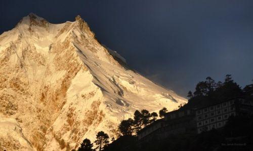 Zdjęcie NEPAL / Manaslu / Lho / klasztor z Manaslu w tle