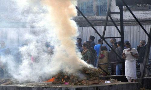 Zdjęcie NEPAL / Kathmandu / Pasupatinath / odchodzą ludzie ...