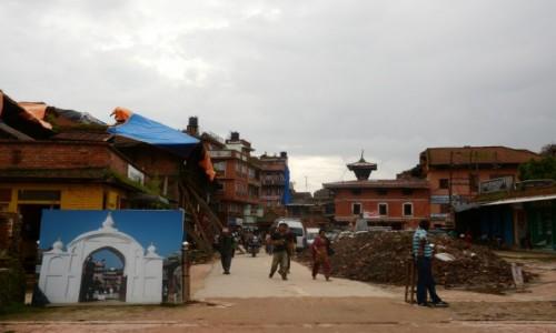 NEPAL / Dolina Kathmandu / Bhaktapur / Była brama...