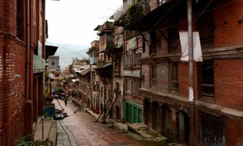 NEPAL / Dolina Kathmandu / Bhaktapur / Stoją wbrew prawom fizyki...