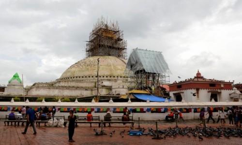 NEPAL / Dolina Kathmandu / Kathmandu, Bodnath (nep. Bauddhanāth) / Odbudowa powoli, ale trwa:)