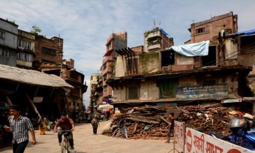 NEPAL / Dolina Kathmandu / Kathmandu / życie z ruinami w tle :(