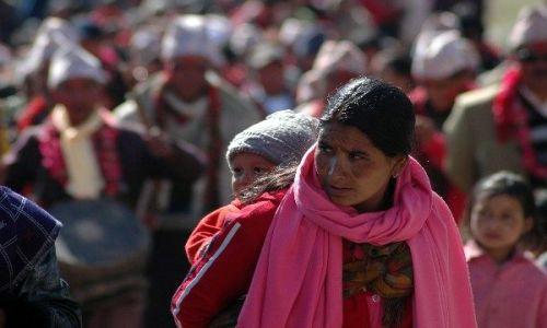 NEPAL / Annapurna Circuit / Annapurna Circuit / Dziecko noszone w tradycyjny sposób