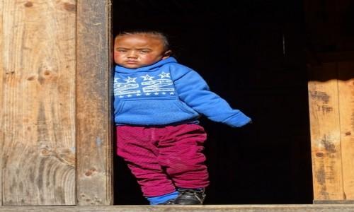 NEPAL / Himalaje - dystrykt Solukhumbu / okolice Phakding / W drzwiach
