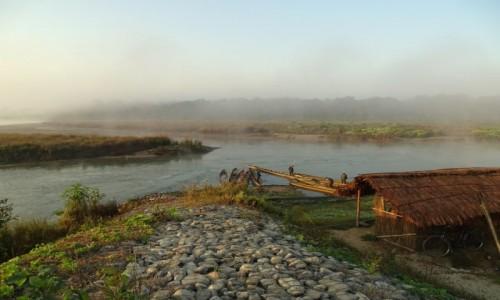 NEPAL / Royal Chitwan National Park / nad rzeką Rapti / O poranku