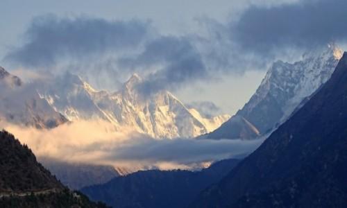 NEPAL / Himalaje - Sagarmatha National Park / w drodze z Namche Bazar do Tengboche / Góry i chmury