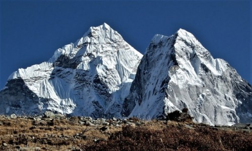 NEPAL / Himalaje, Sagarmatha Himal / Chubejung Kharka / Ama Dablam z bliska