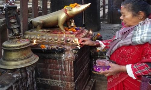 NEPAL / Dolina Katmandu / Katmandu / Ofiara