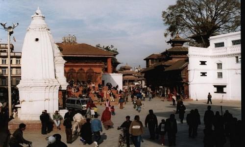 NEPAL / Kathmandu / Durbar Square / Durbar Square w głębi św. Shiwy i ..
