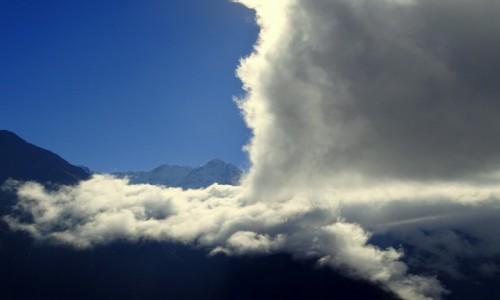 NEPAL / Himalaje - Sagarmatha National Park / ponad Namche Bazar / Zapada kurtyna nad Górą Gór
