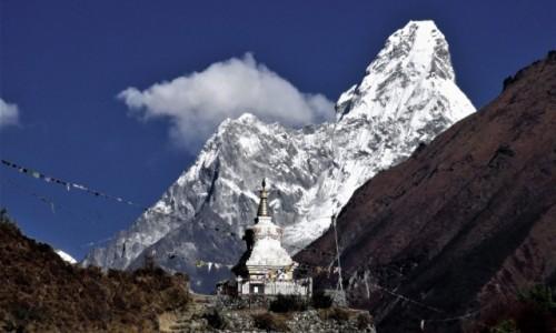 Zdjecie NEPAL / Himalaje, rejon Namcze Bazar / Tenzing Norgey Memorial Stupa  / W cieniu Ama Dablam