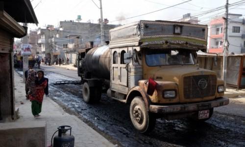 Zdjecie NEPAL / Kathmandu / Kathmandu / Święto w dzielnicy - wylewają asfalt!