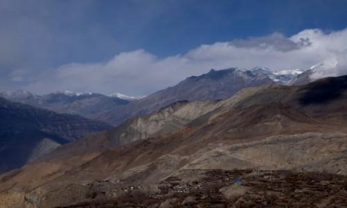 NEPAL / Annapurna Conservation Area / Muktinath / A Mustang za wzgórzami...