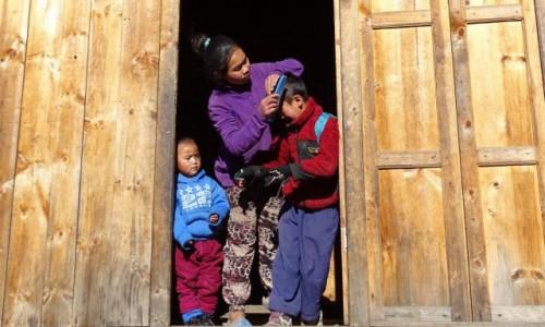 Zdjecie NEPAL / Himalaje - dystrykt Solukhumbu / okolice Phakding / Przed wyjściem do szkoły