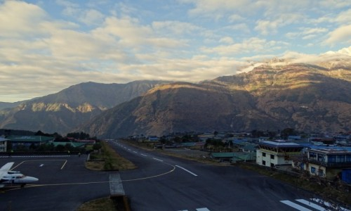 NEPAL / Himalaje - dystrykt Solukhumbu / lotnisko w Lukli 2860 m n.p.m / Lukla - wyłącznie dla miłośników  latania ;-)