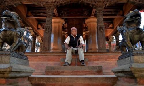 Zdjęcie NEPAL / Dolina Katmandu / Bhaktapur / strażnicy...