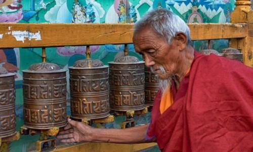 NEPAL / Dolina Katmandu / Boudhanath / modlitwa...