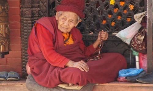 Zdjecie NEPAL / Azja / Katmandu  / Pogrążony w modlitwie