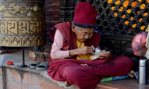 Zdjęcie NEPAL / Katmandu / Boudhanath / ... i licząca kasę ;)