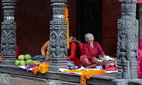 Zdjęcie NEPAL / Dolina Katmandu / Patan / pod arkadami...