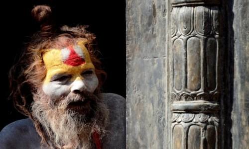 Zdjęcie NEPAL / Katmandu / Paśuptinath / przyczajony...