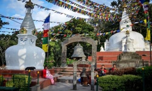 Zdjęcie NEPAL / Katmandu / Swayambunath / u stóp stup...