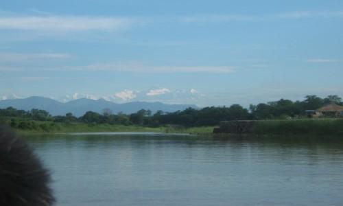 NEPAL / Teraj / Park Narodowy Chitwan / Rzeczne safari z Himalajami w tle