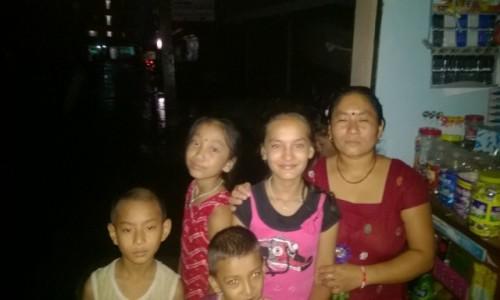 Zdjecie NEPAL / - / Pokhara / Nepalska rodzina