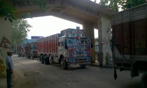 Zdjecie NEPAL / Granica indyjsko-nepalska / Belahiya / Ciężarówki mają ładne :)