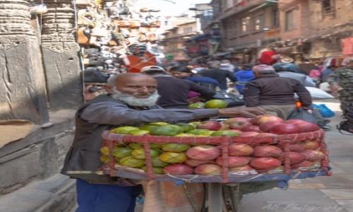 Zdjecie NEPAL / Katmandu / Tahmel / Sprzedawca owoców