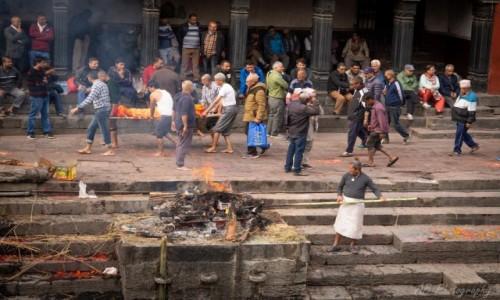Zdjecie NEPAL / Katmandu / Świątynia Paśupatinath / Palenie zwłok