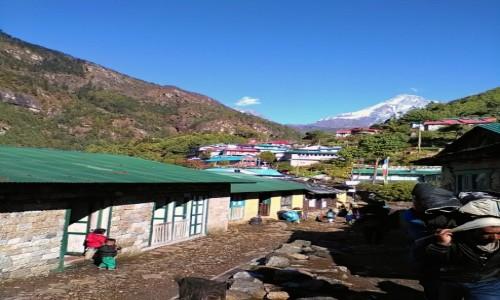 Zdjęcie NEPAL / Himalaje / na trasie Lukla - Namche Bazar / Osady wijące się wzdłuż doliny
