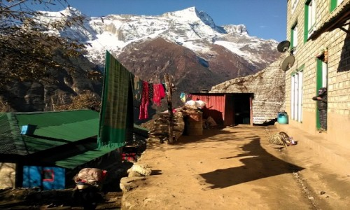 NEPAL / Himalaje / Namche Bazar / Takie zwykłe podwórko w Namche Bazar