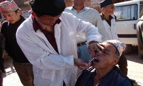 Zdjecie NEPAL / Dolina Kathmandu / Buthan / Dentysta uliczny!