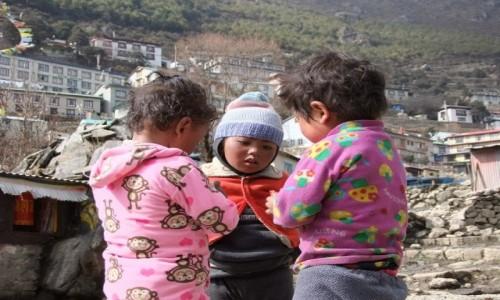 Zdjęcie NEPAL / Khumbu / Namche Bazar / Dzieciaki z Namche
