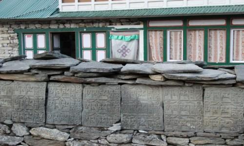 NEPAL / Khumbu / Khumjung / Mani walls