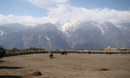 NEPAL / Khumbu / Himalaje / Kongde Ri w chmurach