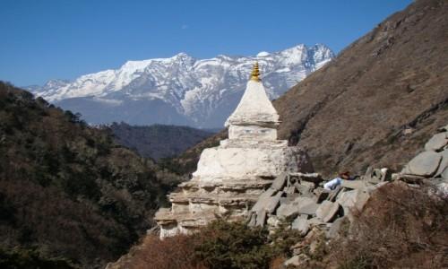 NEPAL / Himalaje / Okolice Pangboche / Czorten i Kongde Ri
