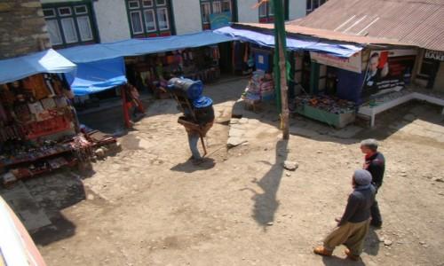 NEPAL / Himalaje / Namche Bazar / Tragarz