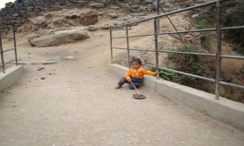 NEPAL / Himalaje / Lukla / Dziewczynka z Lukli