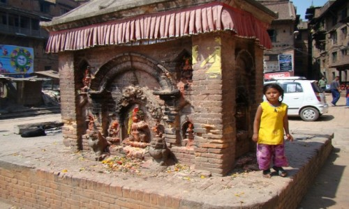 NEPAL / Kathmandu / Bhaktapur / Kapliczka w Bhaktapur