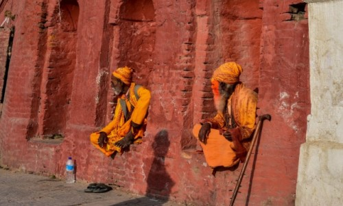NEPAL / Katmandu / Katmandu / Mnisi w  Pashupatinath