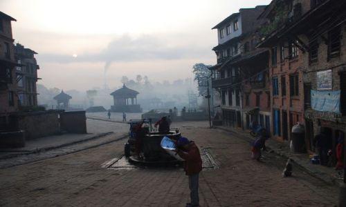 Zdjęcie NEPAL / Dolina Kathmandu / Bhaktapur / Życie w Bhaktapur o świcie