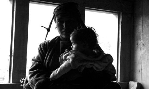 Zdjecie NEPAL / Solu Khumbu / Ringmo / Kobieta z dziec