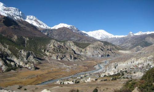 Zdjecie NEPAL / Himalaje / Dystrykt Manang / Dolina Marsyangdi Nadi, w dole zabudowania Bhraka (Braga) a dalej Manang; po lewej Ganggapurna 7454