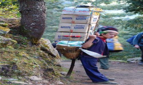 Zdjecie NEPAL / brak / na trasie trekingu na Gokyo Ri / Tragarz