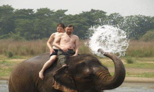 Zdjecie NEPAL / brak / Park Chitwan / Kąpiel w rzece ze słoniami