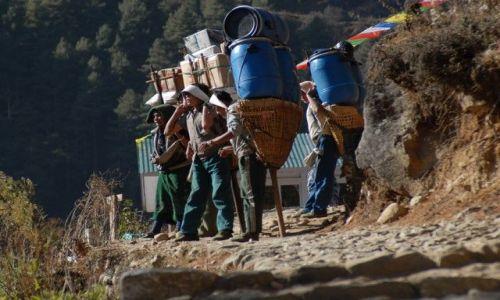 Zdjęcie NEPAL / Khumbu Valley / Lukla / Tragarze - odpoczynek